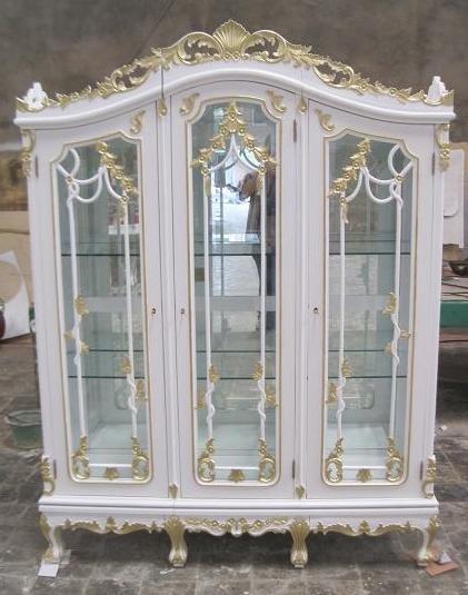 Barock Vitrine, 3-türig,Glas, lackiert in Antik-weiß mit starkem gold Dekor,Repro-Antik-Design, Mahagoni massiv holz , aufwendige Holzschnitzerei