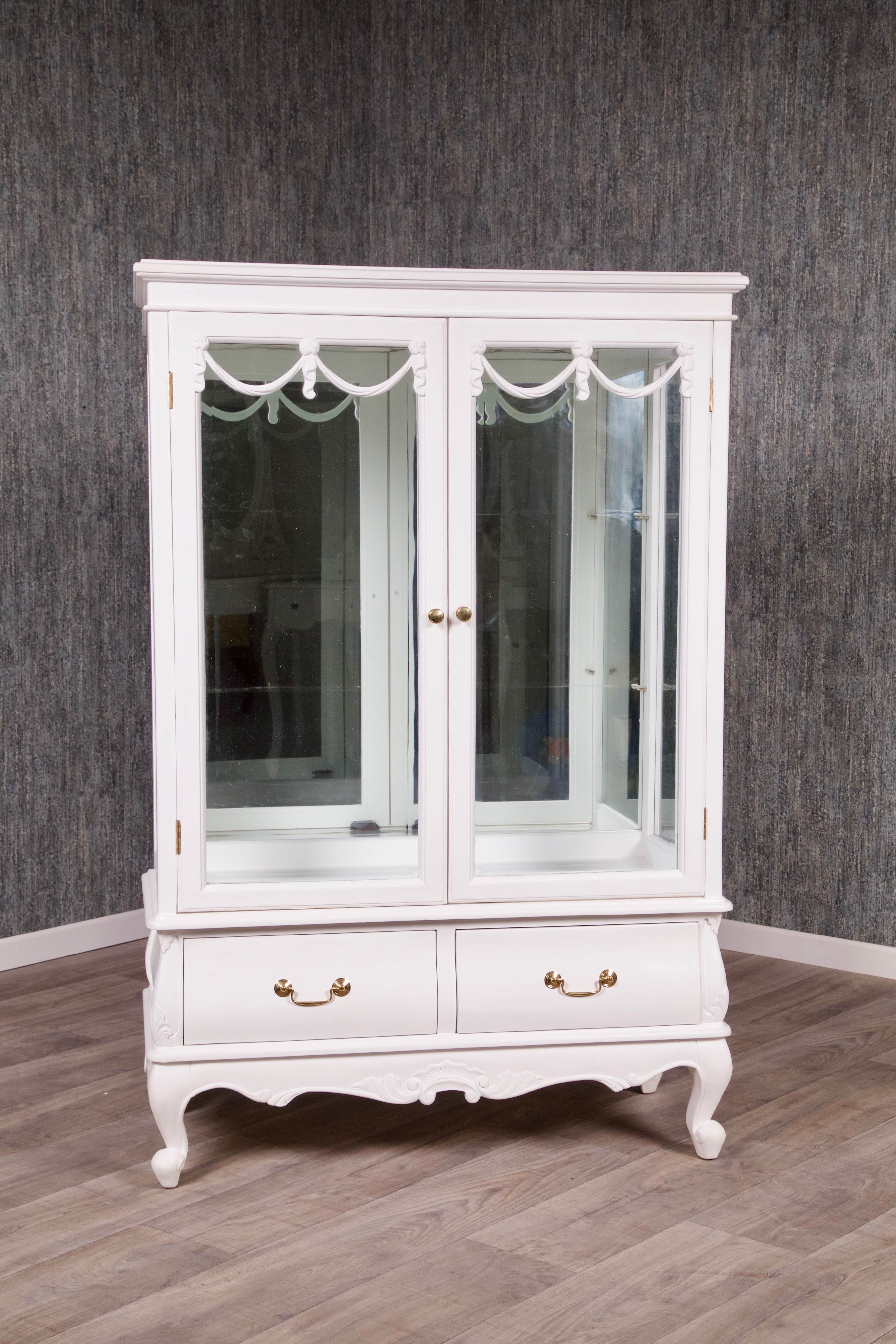 barock vitrine loop 2 t rig lackiert in antik wei vitrinen buffets shop repro antik design. Black Bedroom Furniture Sets. Home Design Ideas