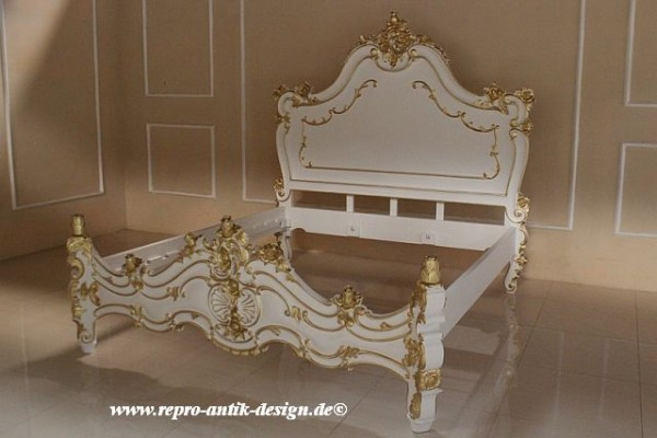 barock bett valbonne hoch in wei mit starkem gold dekor betten sale sofort verf gbar. Black Bedroom Furniture Sets. Home Design Ideas